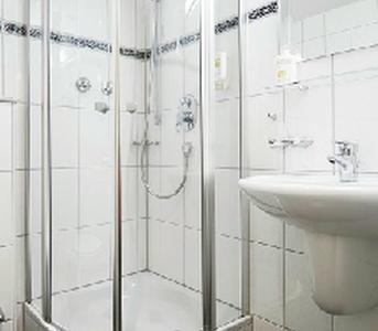 Hotelbad mit Dusche