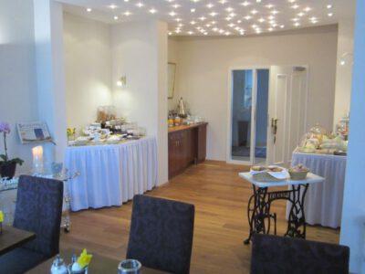 Frühstücksraum mit Buffet im Hotel garni An den Salinen Bad Dürkheim